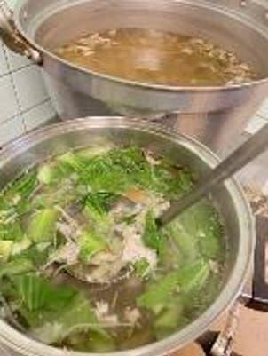 大きな鍋に葉野菜の入った味噌汁