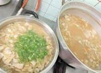 大きな鍋に豚肉の入った味噌汁