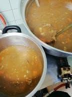 大きな鍋でカレーをぐつぐつと煮詰める