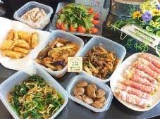 タッパー中にお肉や野菜などが敷き詰められている